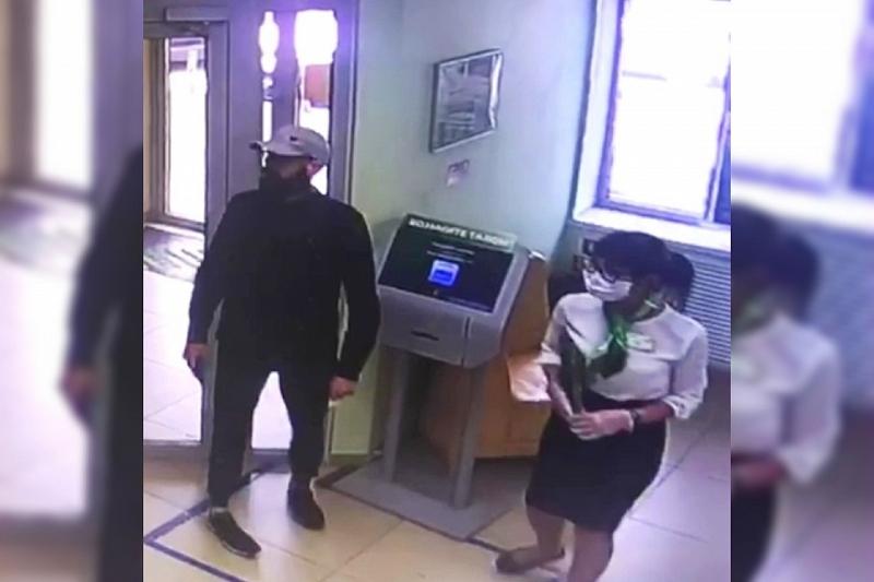 В Краснодаре ищут мужчину, устроившего разбойное нападение на отделение банка