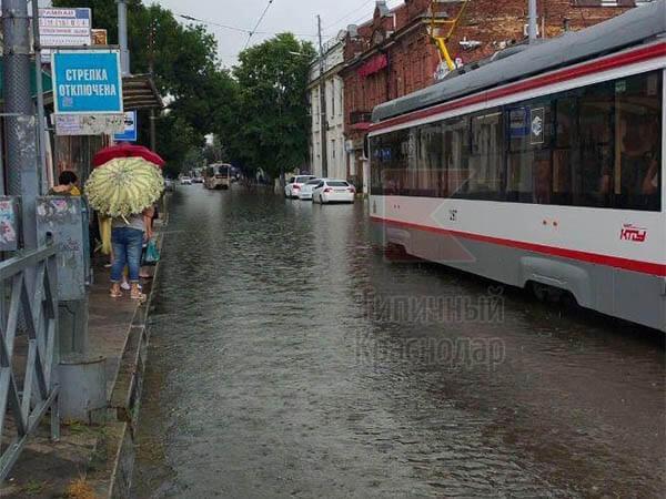 В Краснодаре из-за подтопления во время ливня остановились трамваи