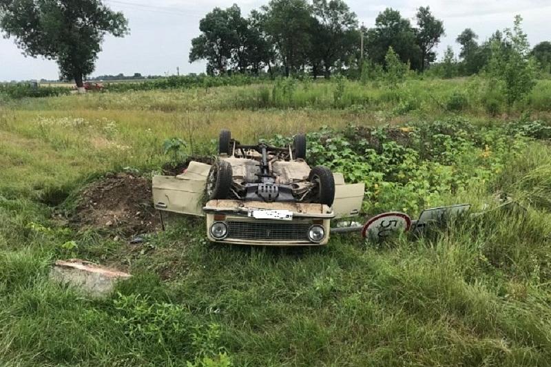 В Краснодарском крае пенсионер на ВАЗ-21013 врезался в дорожный знак и опрокинулся. Пострадали двое