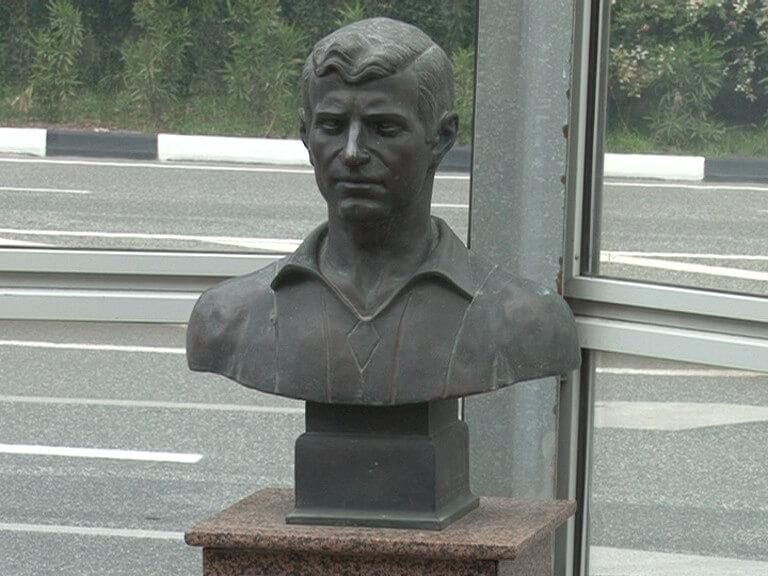 В Сочи установили памятник советскому футболисту Славе Метревели
