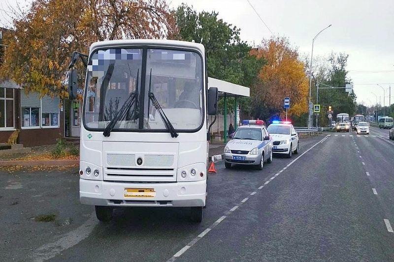 Пассажирка выпала из маршрутки во время отъезда с остановки. Она получила травмы