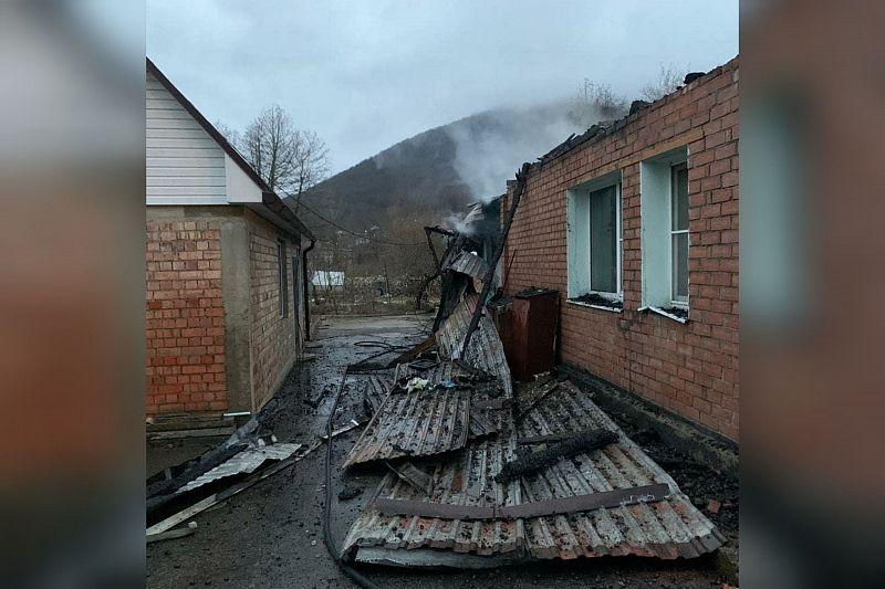 Десять человек эвакуировали из дома из-за горящей крыши на площади 120 кв. м