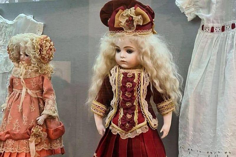 В музее-заповеднике открылась выставка «Царские куклы»