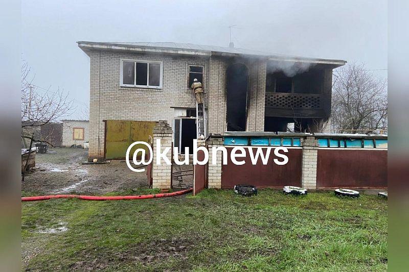 Мужчина спасся из горящего дома, выпрыгнув со 2 этажа. Его отец погиб