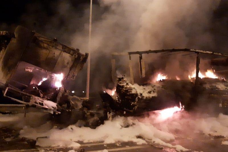 Ночью на трассе сгорела фура с бытовой химией