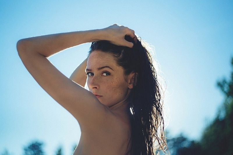 Почему пигментные пятна чаще появляются на коже женщин