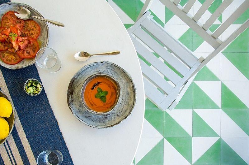 Почему в жару для здоровья полезно есть холодный суп