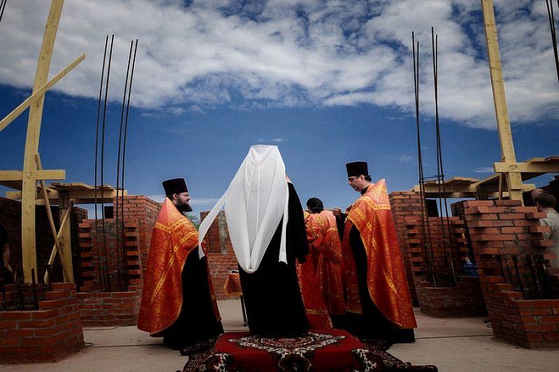 Вениамин Кондратьев и митрополит Григорий заложили камень в основание строящегося храма в Динском районе